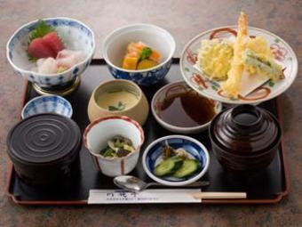 新鮮な刺身と揚げたての天ぷら・煮物・茶碗蒸し・小鉢が付いてお得なランチです。食後のデザート付きです。