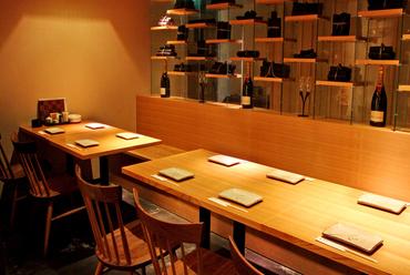 ゆったりとした作りの居心地のいいテーブル席