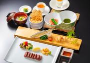鮨職人が、その日最もおいしいネタを厳選した握り鮨七貫のコース料理をお楽しみください。