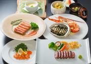 肉料理から江戸前鮨、御造り、季節の麺料理、料理長のおすすめの一品、各種小鉢まで、雅庭のすべてを味わえるランチ限定メニュー。