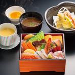 鮨職人おすすめのネタ十二貫をコースでお召しあがりいただくおすすめのランチメニューです。 季節の茶碗蒸し/天麩羅/留椀/デザート付