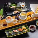 肉料理から江戸前鮨、御造り、季節の麺料理、料理長のおすすめの一品、各種小鉢まで、雅庭のすべてを味わえるランチ限定メニュー。  ※1/1~3、4/25~5/6は提供がございません。ご了承ください。