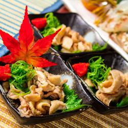 当店自慢の「若鶏と旬野菜の柚子塩鍋」を囲んで賑やかなご宴会をお楽しみください。