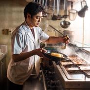 料理は見て楽しく、食べておいしいことがポイント。簡単な料理なら盛り付けを変える、手の込んだ料理な器にこだわるなど、見ためから新鮮な驚きを与え、マニュアル通りではないサービスを心がけています。