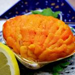 7個ものウニをハマグリの殻にこんもりと盛りつけ。オーブンで焼き上げた、香ばしいひと品です。