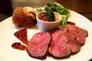 低温でゆっくりローストし、柔らかく仕上げた牛ヒレ肉を、発芽マスタードとデーツヴィネガーを合わせた甘酸っぱいソースでお召し上がりください。