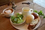 おまかせパン3種、日替りスープ、サラダをシェフお手製ドレッシングでどうぞ。