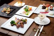アミューズ・前菜・スープ・本日のお魚料理・本日のお肉料理・デザートワゴン・焼き立て自家製パン・コーヒー又は紅茶をご提供します。