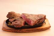 ファミレスの肉に満足できない人にぴったり。赤身が多く、やわらかな牛肩ロースをがっつり味わえます。