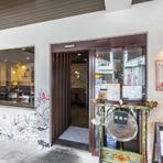 シックなブラウンをベースに、アンティーク家具を配した落ち着いた雰囲気。ディナーコースは2300円からとリーズナブル。ワイン、カクテル、紹興酒などドリンクも豊富にそろい、デートや各種宴会におすすめです。