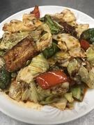 乾燥させたお米を揚げたものに、海老・イカ・帆立・アサリとふんだんに海鮮を使ったあんを、お客様の目の前でかけていきます。カリカリしたおこげご飯と海鮮のコクがギュッと閉じ込められたあんがおいしい!