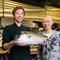 店長の春さんと料理長の石橋さん。魚料理には自信があります