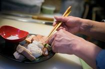 その季節旬の新鮮な食材を使って、丁寧に盛り付けまで仕上げます