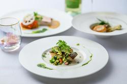 襟裳産の真つぶ貝・銀聖鮭、短角牛、天然海藻蕎麦がセット。 質、ボリューム共、ご満足いただけます。
