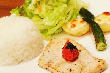 カジキマグロのステーキ ドライトマトとバジルのソース