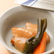 沖縄の代表的な豚肉料理。三枚肉を長時間ゆでて脂分を落としてから、泡盛をたっぷり入れて煮てます