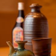 那覇市首里に『古酒蔵』をつくり、店主自らブレンドした泡盛を南蛮瓶に入れて寝かせています。