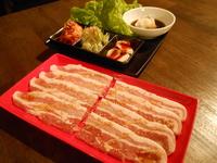 豚バラ肉を、サンチュに付け合せのキムチ、味ねぎ、にんにくスライス、おろしポン酢、自分流をあみ出して!