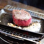 一度は食べとけ!? やみつきジャンキーメニュー!! 牛肉の塊100g~ガーリックバター鉄板焼き!!タレor塩!