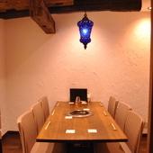 イタリア製の家具やアンティークランプに囲まれた、贅沢な雰囲気