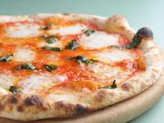 地元産の牛乳から作った自家製のモッツァレアチーズをたっぷり使って。