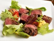 飛騨牛本来の旨みを引き立てるよう、火加減にも気を配り、ほんのりレア状態に仕上げております。クセの少ないもも肉で赤身の肉の美味しさを味わえます。地元で獲れた季節野菜と合わせてお楽しみください。※要予約