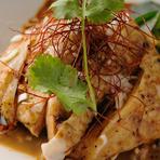 茹でた鶏を辛めに味つけた四川料理の定番冷菜。その由来どおり、一度、手をつけるとヤミツキになります。