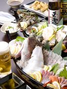小鉢、刺身7点、魚介7種による海鮮炉端焼き、一品もの、巻きずしが付きます (画像は一例です)