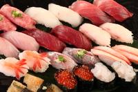"""富山・金沢から毎日直送される新鮮なネタから、その日の""""美味い!""""ものだけを大将が厳選して握ります。"""
