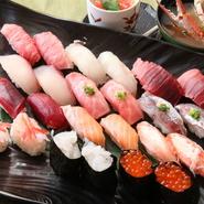 """富山・金沢から毎日直送される新鮮なネタから、その日の""""美味い!""""ものだけを大将が厳選して握ります。 季節毎に厳選された旬の12貫のお寿司と、蟹の味噌汁がついたコースです。"""