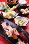 お昼の小宴会や女子会など、様々な会合におすすめです。 ・お寿司6貫 ・天ぷら ・小鉢 ・炊き合わせ ・茶碗蒸し ・蟹の味噌汁 ・自家製プリン  2名様よりご注文承ります。