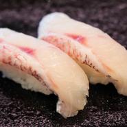 日本海と太平洋の間にある、飛騨高山の寿司屋。2つの海から運ばれてきた魚介が一堂に会するお店です。