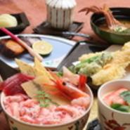 小どんぶりに、焼き物、揚げ物、カニの味噌汁などが付いた、手づくりの逸品が並ぶセット。