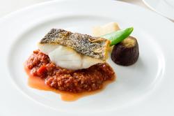 旬の魚を丁寧にポアレ、こだわりのソースでどうぞ。