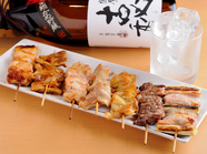 炭火で香ばしく焼く『串焼き盛り合わせ』(右から:ねぎま、サガリ、なんこつ、セセリ、てっちゃん、もも)