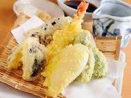 揚げたて、アツアツを食べたい『天ぷら盛り合わせ』。サクサクの衣の香りと食感がたまりません