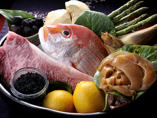 季節ごとに厳選した高級食材でつくる豪華な料理を提供