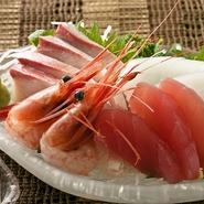 金沢漁港が近いため、毎日、その日の朝、水揚げされたばかりの季節の魚介類を買い付けています。『お造り』などで、旬の海の幸の豊かな味わいを満喫できます。