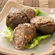 ご飯を牛肉で巻いて特製のたれにつけて焼いているので、旨みたっぷり! ※ご提供までにお時間がかかります。