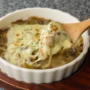 とろけるチーズをかけてオーブンでこんがり焼きました。カニみそとチーズの濃厚な味わいが満喫できます。日本酒やワインなど、お酒の肴にもおススメ。 ※ご提供までにお時間がかかります。