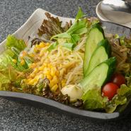 ラーメンを使ったサラダは野菜もたっぷりなので、ボリューム満点でヘルシー。ペースト状のごまで作るドレッシングは風味豊かでコクがあり、一層サラダを味わい深くしています。