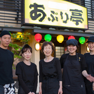 お客様にくつろいで楽しく過ごしていただけるよう、スタッフ一同、気を配っています。美味しい料理やお酒とともに、気持ちのいい接客でお迎えします。