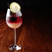 自家製レモンシロップの酸味と甘いローズが香る、赤ワインのカクテル。