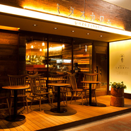 広々空間・柔らかい光を放つ照明…。あなたをミタス【銀座2丁目 ミタスカフェ】へ。