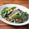 見た目も楽しく、健康的な食材がたっぷり!『豆腐と12種野菜のヴィーガンサラダ』