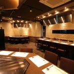 白い壁のタイルが印象的なシックな店内。鉄板焼きカウンターでは選び抜かれた食材を目の前で焼き上げます。神戸らしいオシャレな雰囲気のお店でワンランク上のひとときを演出します!