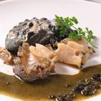 新鮮な活きアワビの肝を使った特製ソースでどうぞ!コリコリの食感をお楽しみください。