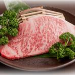 言わずと知れた牛肉の最高級部位。圧巻の霜降りはA5等級の証し。 黒毛和牛サーロインステーキ、ポタージュ、サラダ、焼野菜、ライスorパン、コーヒーor紅茶付きお肉が160gの増量コースは6800円!