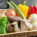 当店は日本野菜ソムリエ協会の認定レストランに認定登録されております! 野菜ソムリエの有資格者も1名在籍しており、野菜本来の味を活かした調理を行っております。 鉄板でシンプルに焼く「焼野菜」は国産野菜本来の旨味を十分に引き出してくれます。 また、シェフ特性の季節野菜のポタージュもこだわりの一品です。