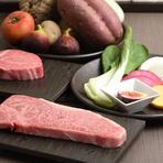 肉質の素晴らしさを存分に感じられるA5ランクと、ドライエイジングをした特別な神戸牛、どちらも格別な味わいです。野菜ソムリエが旬を敏感にキャッチしながら野菜を厳選。野菜本来の味を鉄板焼で引き出します。